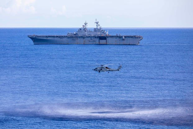 MH-60R海鹰直升机和黄蜂号