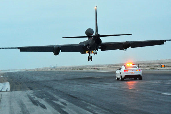 A mobile chase car driver follows a U-2 Dragon Lady reconnaissance aircraft while it lands at an undisclosed location in Southwest Asia on Dec. 7, 2015. (US Air Force/Kentavist Brackin)
