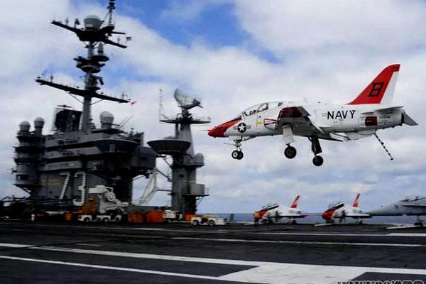 A T-45C Goshawk lands on board the aircraft carrier USS George Washington (CVN 73) on April 23, 2016. (US Navy photo/Krystofer N. Belknap)