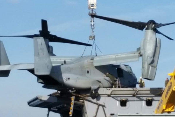 Osprey half-landed on the flight deck of a San Antonio-class amphibious transport dock (Photo: Reddit)