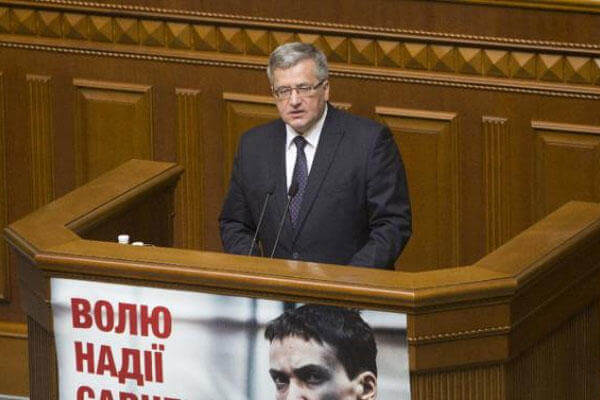 Poland's President Bronislaw Komorowski addresses Ukrainian lawmakers in Parliament in Kiev, Ukraine, Thursday, April 9, 2015 (AP Photo/Efrem Lukatsky)
