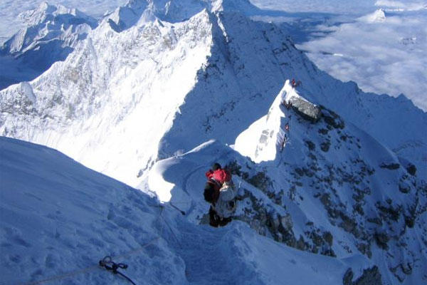Retired Air Force colonel Steve Giesecke makes his ascent up the 29,000-foot-high Summit Ridge on Mount Everest in 2007.(U.S. Army photo)